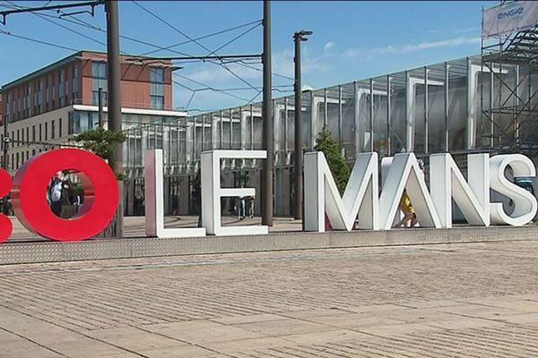 Ces lettres géantes sur le parvis de la gare du Mans sont une des réalisations du premier budget participatif de la ville.