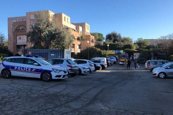 """L'incendie s'est déclaré au rez-de-chaussée d'une habitation de la résidence """"A Mandarina"""" située à Ajaccio."""