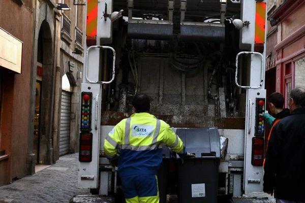 Ramassage des poubelles dans le Vieux Lyon
