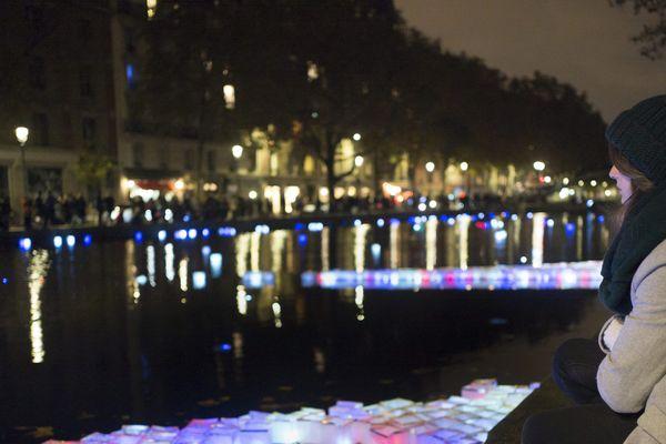 Des lanternes sur le canal Saint-Martin pour rendre hommage aux victimes des attentas du 13 novembre 2015.