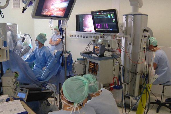 Intervention à distance grâce à un robot, à l'hôpital de Rangueil - archives.