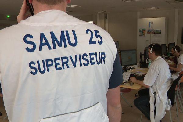 Deux médecins, deux internes travaillent aussi dans cette salle de débordement.