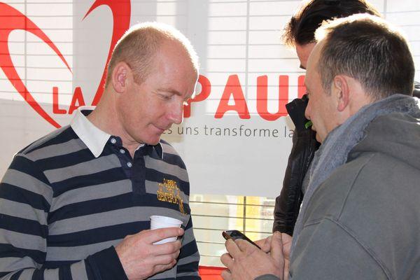 Samedi matin, dernier moment de détente pour Sylvain Guillaume,avec les autres bénévoles de l'association La Sapaudia. Place à la course dans quelques heures.