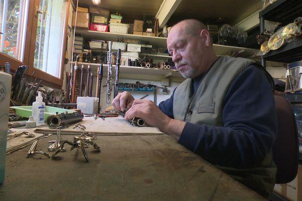 Le facteur d'instruments Guy Jaillard dans son atelier