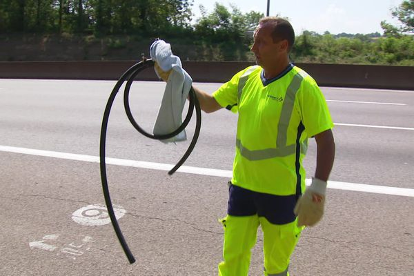 """Opération terminée """"et voilà c'est un tuyau et une serviette. Allez savoir comment les voyageurs ont pu perdre ça sur l'autoroute. On ramasse tous les jours ce genre d'objet."""""""