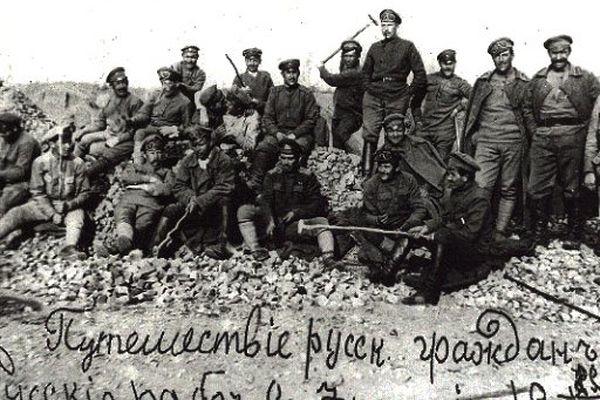 Soldat Molodtzoff (au milieu de la photo avec le pipe et les mains dans les poches) à la carrière de Lure en Haute-Saône en 1918, après la mutinerie de La Courtine et la dissolution de la 1e brigade russe.