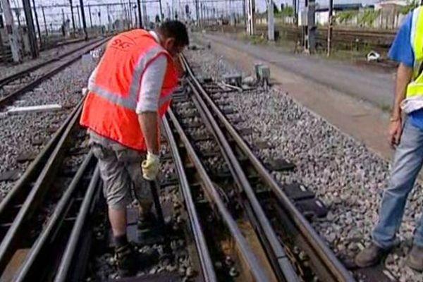 14 juillet 2013, vérification des éclisses aux abords de la Gare Bordeaux Saint-Jean