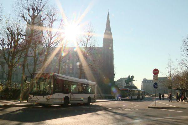 Arrêt de bus devant l'hôtel de ville de Rouen