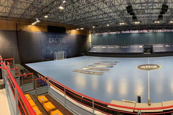 Le terrain de handball du palais des sports Robert Oubron, à Créteil, où va se dérouler le match entre l'USCHB et le PSG. Photo Elie SAIKALI