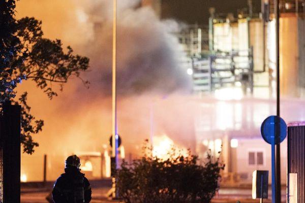 Plus de 200 pompiers ont été dépêchés sur les lieux pour circonscrire l'incendie
