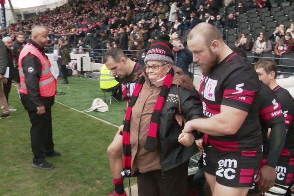 Des personnes sorties de leur isolement par les Petits Frères des Pauvres font leur entrée au stade de Gerland avec les joueurs du LOU Rugby - Lyon, 26 décembre 2019