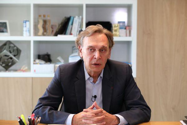 Jean-Michel Soufflet se confie sur la vente annoncée du groupe familial Soufflet, qui emploie plus de 7.000 salariés et dont le siège est situé à Nogent-sur-Seine (Aube). Soufflet et ses 4,9 milliards de chiffre d'affaire en 2019-2020, est devenu un géant de l'agroalimentaire.