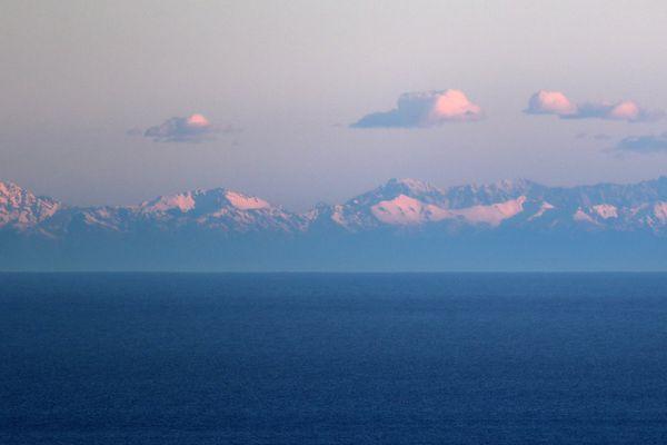 La Corse photographiée depuis Nice, le 7 mars 2017 lors de la tempête Zeus, la photo d'un vrai mirage