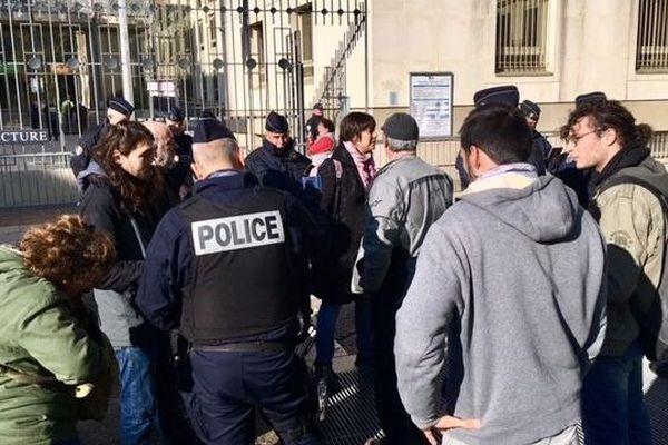 La police a procédé à des contrôles d'identité lors du rassemblement devant la préfecture.