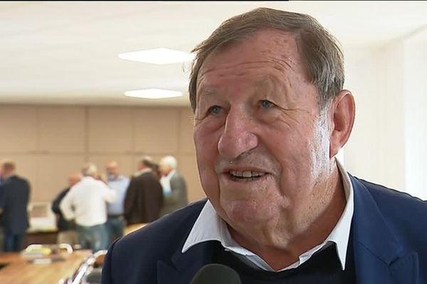 Guy Roux, qui a été l'emblématique entraîneur de l'AJA, se retire du conseil d'administration du club professionnel, mais conserve des fonctions pour la section amateur