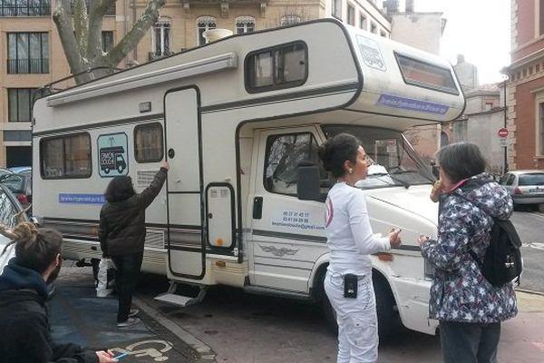 Le Camion douche propose toutes les semaines aux sans abri un moment pour prendre soin d'eux.