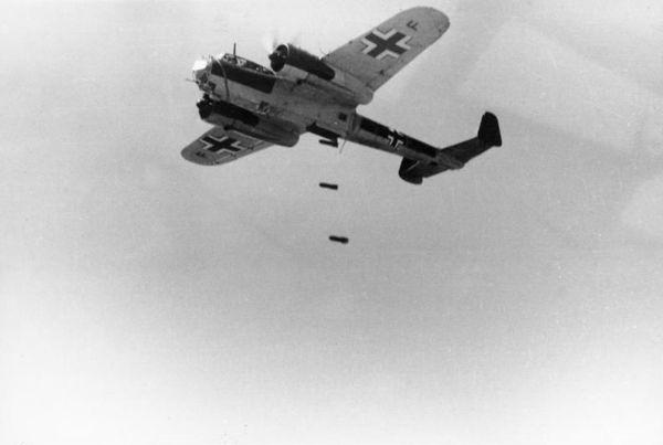 Un bombardier allemand Do 17 Z lâchant des bombes en France le 21 juin 1940.