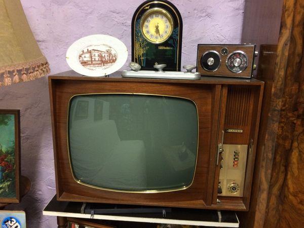 En 1958, le nombre de postes de télévision dans les foyers français s'élève à un million seulement. L'appareil en noir et blanc coûte une fortune