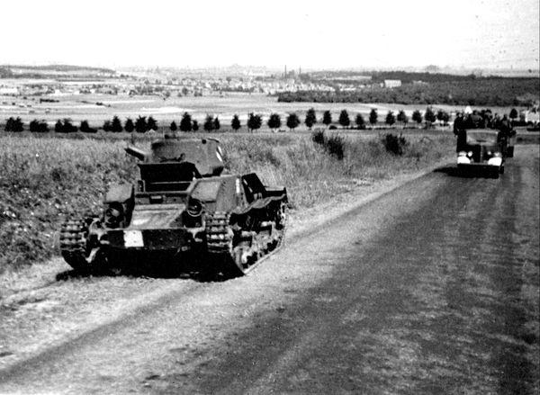 Sur la route de colline de Lorette, un char Matilda sabordé et abandonné par son équipage pendant le repli des Britanniques.
