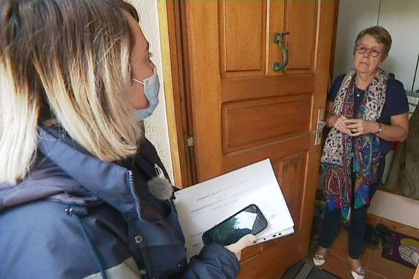Les facteurs de La Poste se rendent à domicile pour informer les particuliers sur les questions d'isolation
