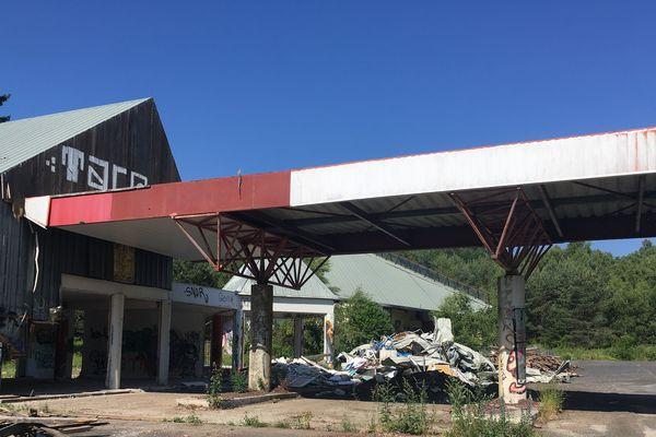 L'ancienne station-service d'Orcines, dans le Puy-de-Dôme, va être rasée. Le chantier est prêt, d'ici la fin du mois, elle aura disparu du paysage.
