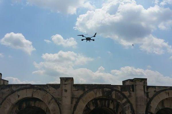 Un drone de la gendarmerie surveille les arènes pendant la feria de Nîmes.