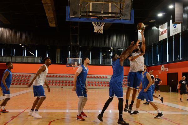 Les basketeurs rouennais lors de leur ultime entraînement au Kindarena, samedi 22 juin, avant l'ultime match de la saison à Orléans.