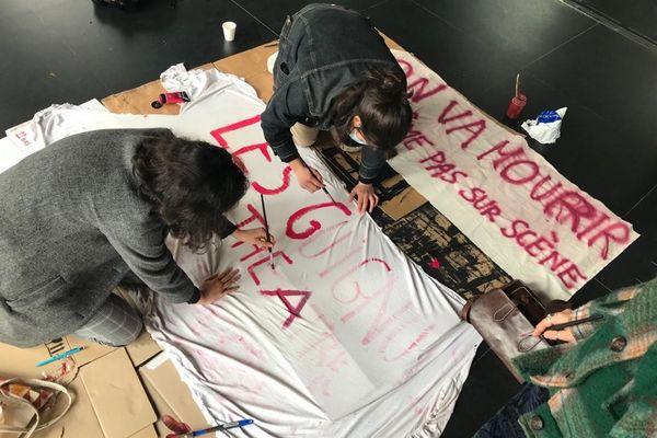 Préparation de banderole dans le hall de l'opéra de lyon le 15 mars 2021
