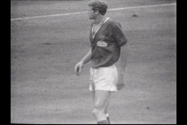 Robert Herbin après avoir marqué un but de la tête face à l'Angleterre (Coupe du Monde 1966).