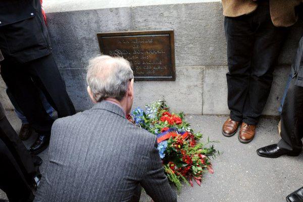 En 2008, Bertrand Delanoë, alors maire de Paris, avait déposé une gerbe de fleurs devant la plaque qui rend hommage à Brahim Bouarram, mort noyé après avoir été poussé par un militant du Front National le 1er mai 1995.