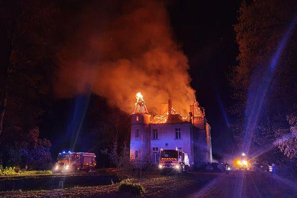 Le sinistre a entièrement ravagé la toiture du chateau, malgré l'intervention rapide et massive des sapeurs-pompiers.