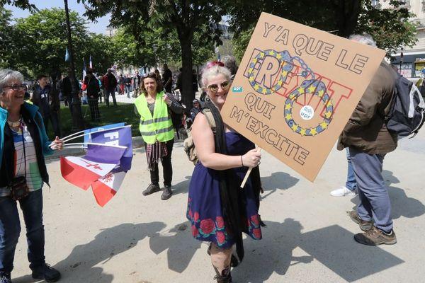 Une militante souverainiste avec une pancarte « Y'a que le Frexit qui m'excite » pour le 1er-Mai à Paris.