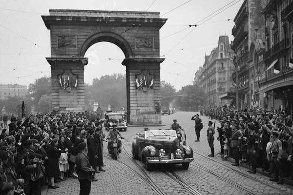 Le 13 septembre, dans Dijon libérée depuis 2 jours, les troupes françaises participent au défilé de la Libération entre la Place Darcy et l'Hôtel de Ville.
