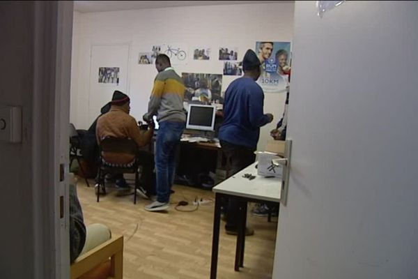 Dans la journée, Médecins du Monde met une salle à la disposition des mineurs isolés en danger