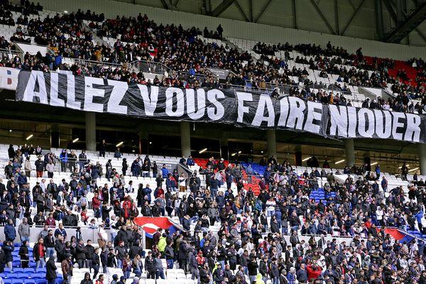 Au stade de l'OL, mardi 6 avril, les messages adressés par les supporters à l'équipe de Lyon sont sans détours.
