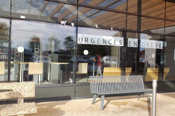 Malgré l'ampleur du mouvement, les soignants continuent de travailler au CHU de Poitiers. La grève des urgences n'est visible que par quelques signaux comme cette banderole.