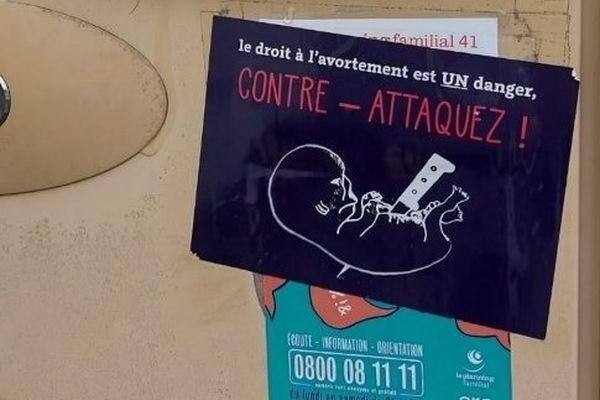 Un autocollant placé sur la boîte aux lettres du Planning familial de Blois / © Planning familial 41