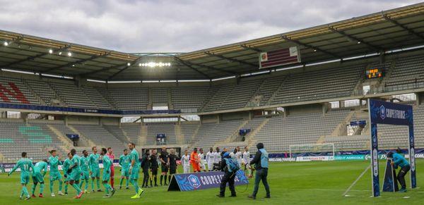 Des matchs joués loin du public en cette période de pandémie Covid, une relation distante et forcée pour les fans de football