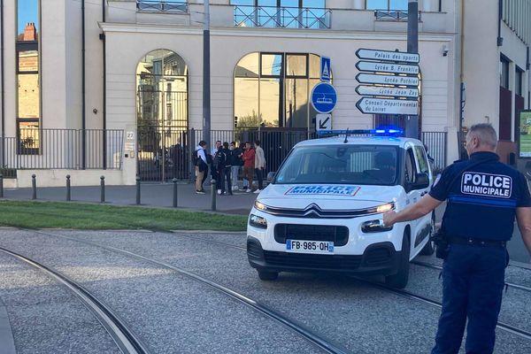 Les policiers ont fait évacuer le lycée Benjamin Franklin à Orléans et interrompu la circulation sur la rue Eugène-Vignat / © F3 CVL / R. Sabathier