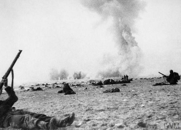 Un soldat britannique répliquant aux tirs de l'aviation allemande sur une plage dunkerquoise le 2 juin 1940.