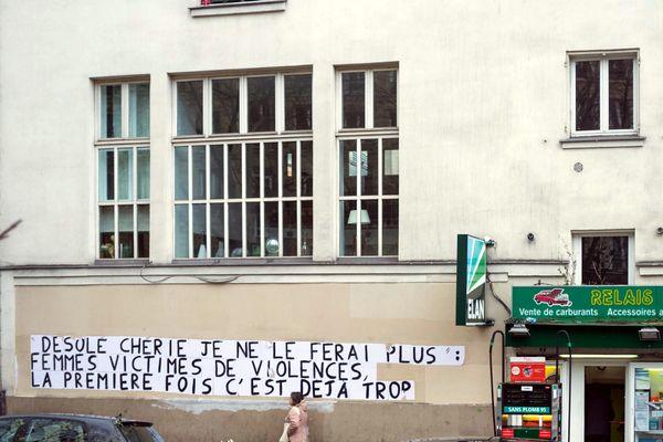 Collage d'affiche contre les violences faites aux femmes et les féminicides dans la rue à Paris le 06 Mars 2020.
