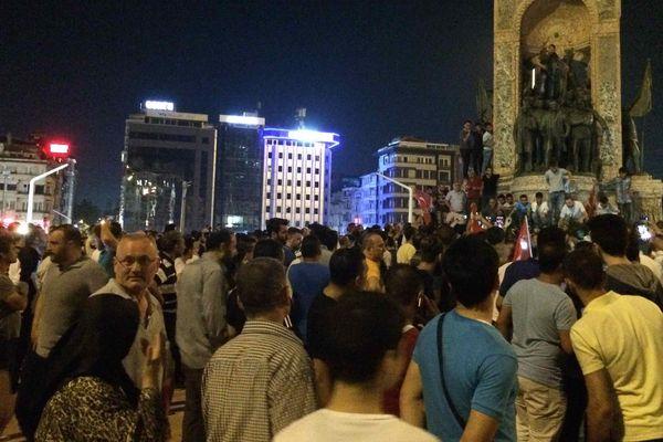 Rassemblement pro - Erdogan sur la place Taksim à Istanbul après la tentative de coup d'état.