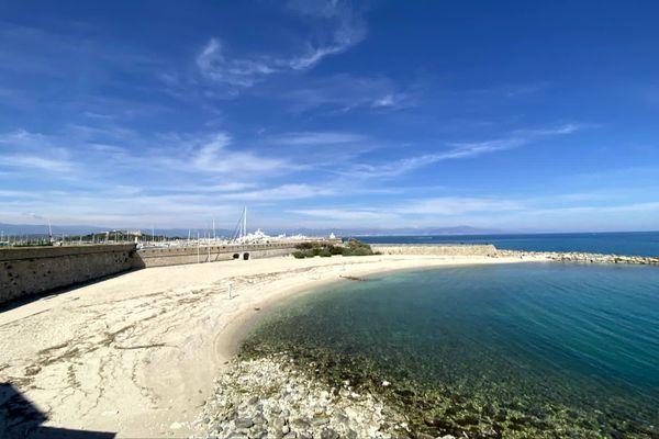 """Le maire de Villeneuve-Loubet demande l'autorisation  de """"la nage sans plages"""" pour les 16 communes littorales du département des Alpes-Maritimes. Photo de la plage de la Gravette à Antibes."""