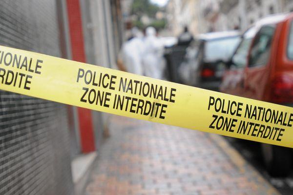Un homme et une femme de 40 ans et un adolescent de 15 ans ont été retrouvés morts dans leurs lits cet après-midi