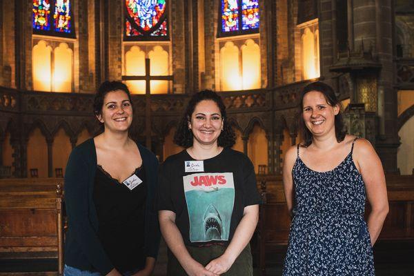 Les deux étudiantes guides Hélène Kirsch (à gauche) et Eva Da Silver (au centre) aux côtés de Marie-Laure Gaudelet (à droite) pasteure