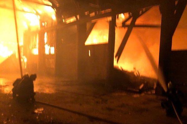 Un entrepôt de 3000 m2 est parti en fumée dimanche soir à Givors (Métropole de Lyon), non loin de la zone commerciale du Gier. Le bâtiment n'était plus utilisé, et les pompiers dépechés sur place en nombre ont réussi à éviter la propagation à un autre entrepôt exploité.