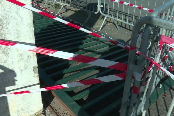 Hérault : une fillette de 8 ans écrasée par la chute d'un portail à Vendres. La lourde grille est à terre - 18 février 2020.