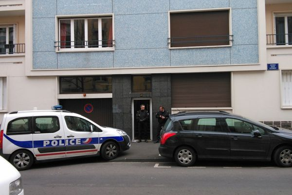Un homme de 47 ans a été retrouvé mort, tué de plusieurs balles, samedi 2 mars 2013, avenue Marx Dormoy à Clermont-Ferrand. C'est un proche qui a découvert le corps.
