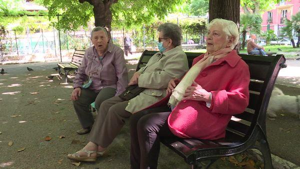 Entre deux séances de yoga, Jacquie Bouisset retrouve ses amies dans un parc de Nice.