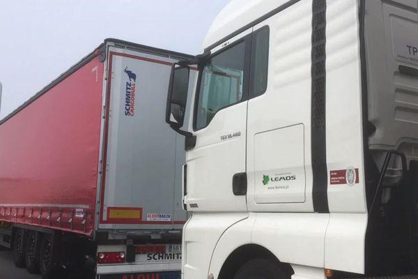 Les camions stationnés sur la bande d'arrêt d'urgence de la RN10 ce jeudi matin.